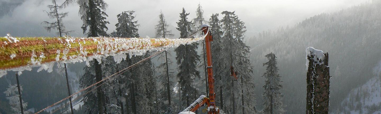 STRATOS® Anchor im Einsatz als Kippmastabspannung auf einem Kippmast, der auf einem LKW aufgebaut ist
